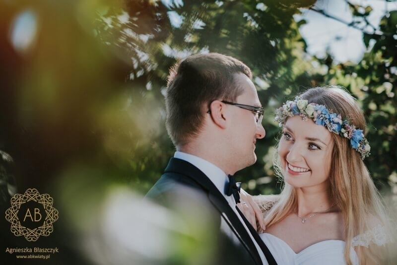 Wianek na sesję ślubną Kraków pastelowe niebieskie różowe kwiaty ostróżka róża owocki Agnieszka Błaszczyk abkwiaty