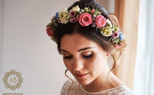 Wianek na głowę z kwiatów żywych na ślub różowe białe niebieskie kwiaty róże dalie Agnieszka Błaszczyk abkwiaty Kraków