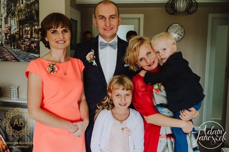 Kwiatowe broszki korsarze przypinki butonierki dla gości weselnych z żywych kwiatów Agnieszka Błaszczyk abkwiaty Kraków