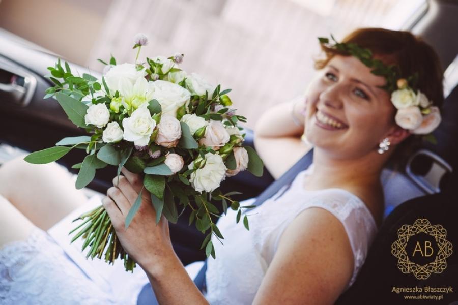 Bukiet ślubny i wianek z żywych kwiatów brosza z eukaliptusa róż dalii pastelowy kremowy jasnożółty jasnoróżowy Agnieszka Błaszczyk abkwiaty Kraków