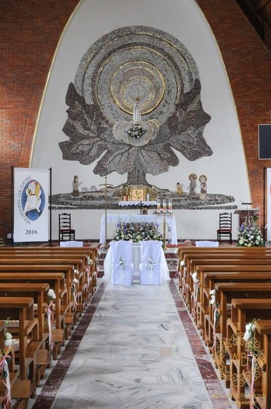 Kwiaty w kościele Matki Bożej Fatimskiej w Koninkach na ślub pastelowe naturalne delikatne kompozycje dekoracja ławek i krzeseł Pary Młodej Agnieszka Błaszczyk abkwiaty Kraków