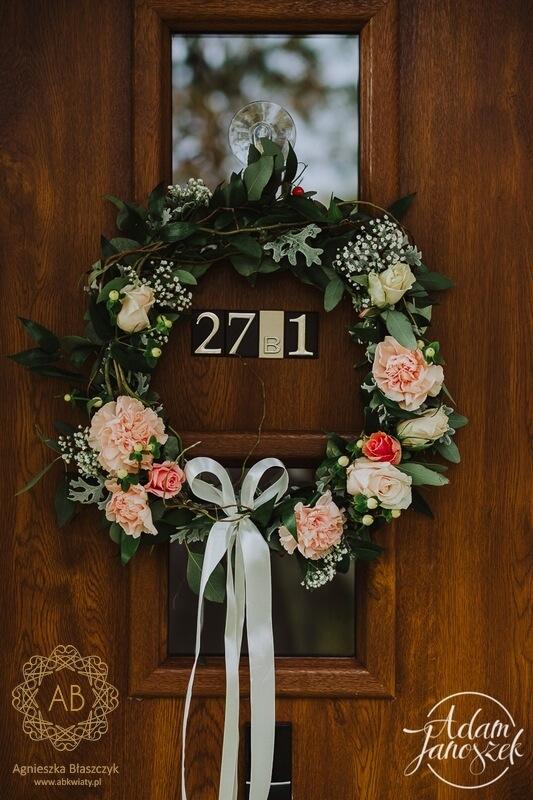 Dekoracja wejścia do domu wianek z żywych kwiatów na drzwi romantycznie Agnieszka Błaszczyk abkwiaty Kraków