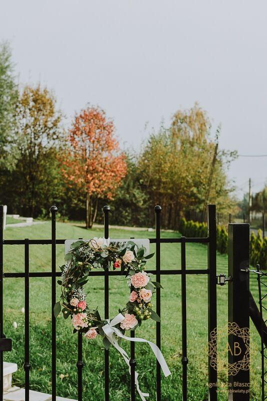 Dekoracja wejścia do domu na ślub kwiatowy wianek na drzwi na ogrodzenie wstążki liście i kwiaty w wianku Agnieszka Błaszczyk abkwiaty Kraków