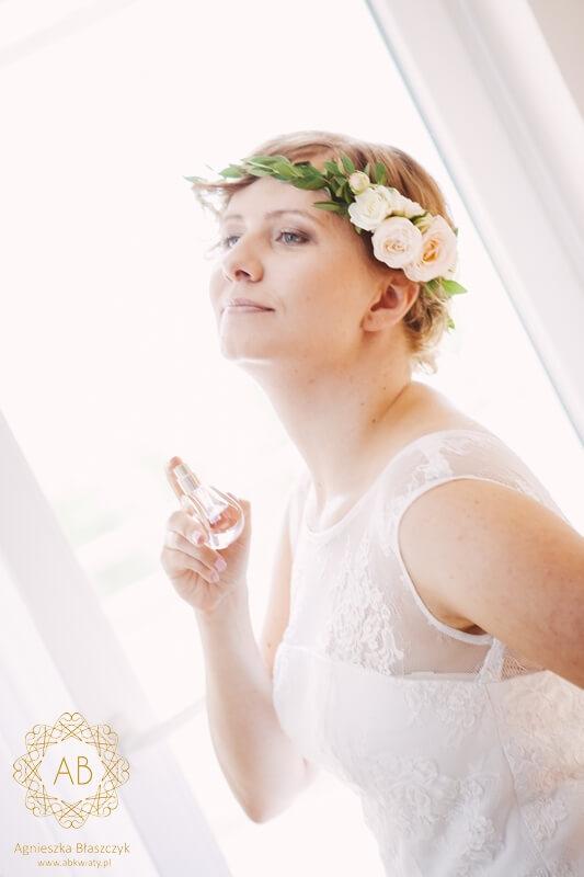 Wianek na głowę na ślub delikatny z jednej strony pastelowe kwiaty i liście eukaliptusa róże Agnieszka Błaszczyk abkwiaty Kraków