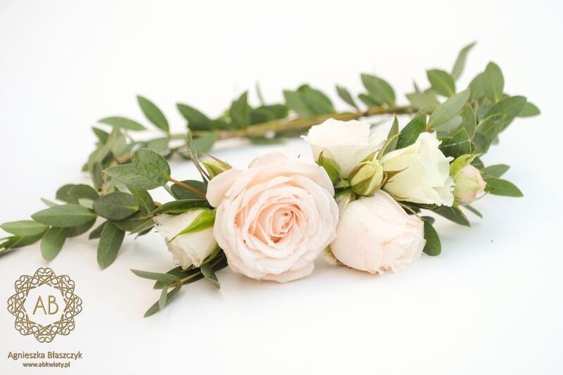 Wianek na głowę na ślub z żywych kwiatów liście eukaliptusa i róże z jednej strony wianka Agnieszka Błaszczyk abkwiaty Kraków