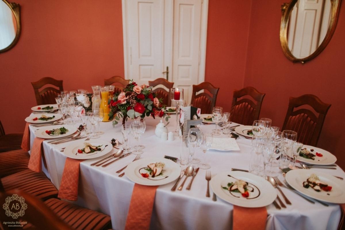 Dekoracja sali weselnej Pałac Żeleńskich czerwone różowe kwiaty abkwiaty Kraków