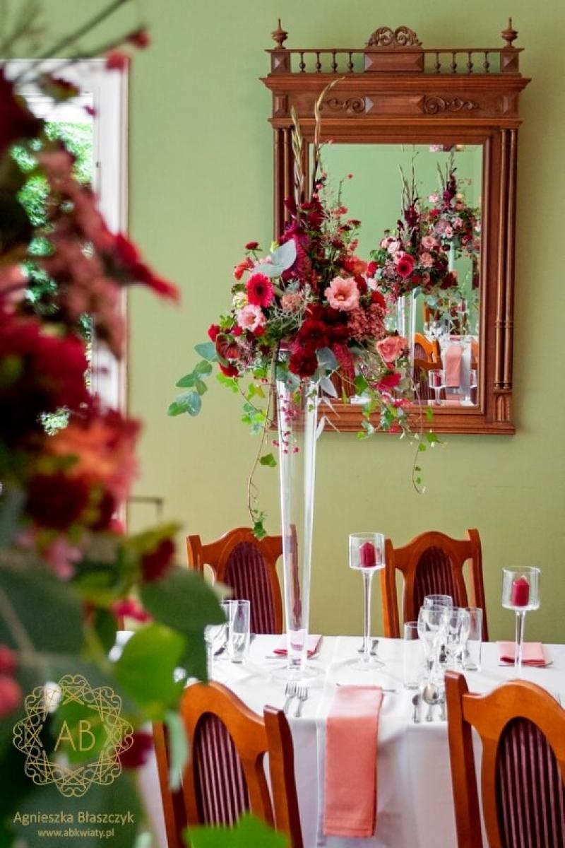 Dekoracja sali weselnej Pałac Żeleńskich wysokie czerwone kompozcje abkwiaty kraków