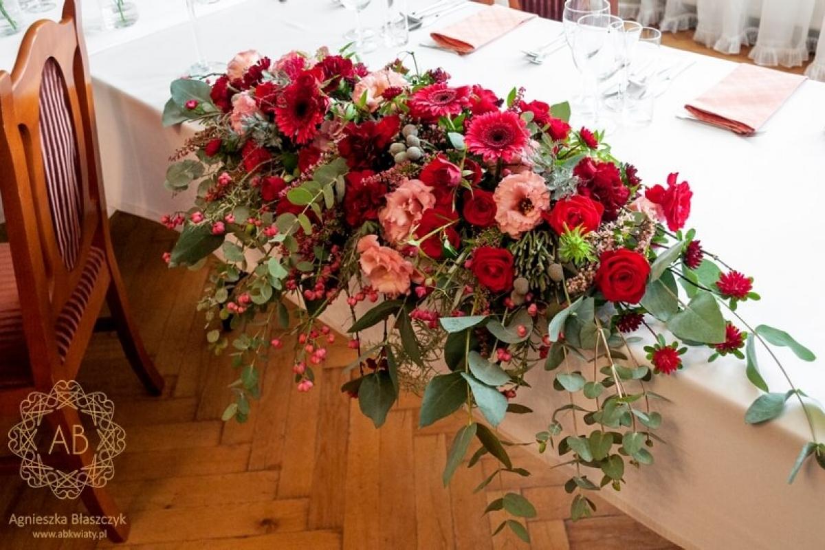 Dekoracja sali weselnej Pałac Żeleńskich podłużna kompozycja na stole pary młodej abwkwiaty kraków