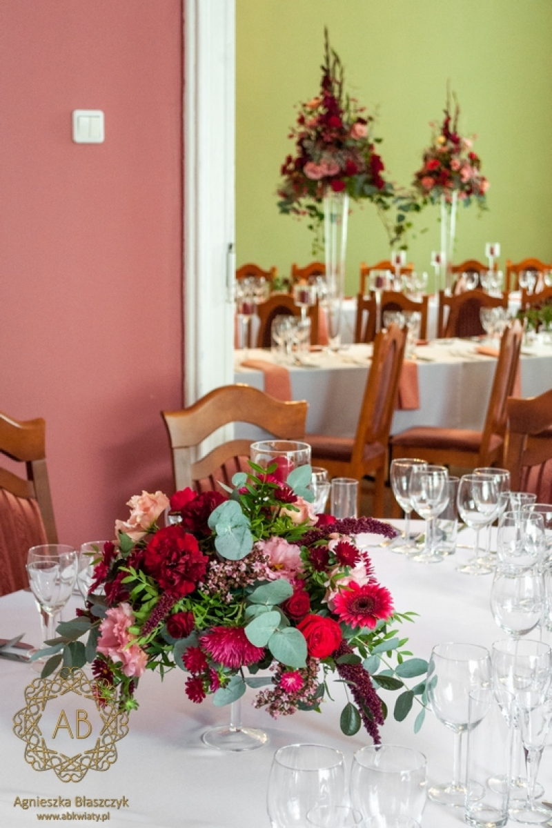 Dekoracja sali weselnej Pałac Żeleńskich czerwone i różowe kwiaty abkwiaty kraków