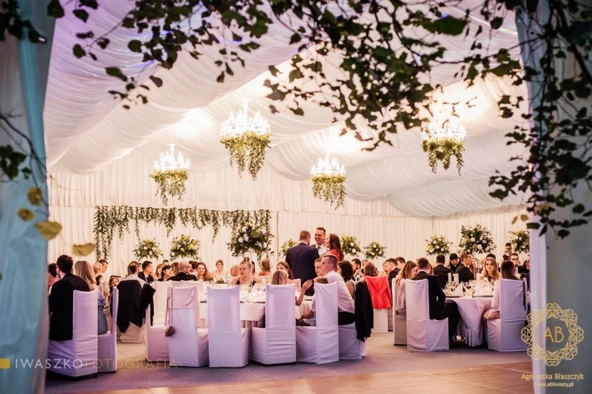 Zielony wystrój sali na wesele liście wianki girlandy backdrop wysokie bukiety abkwiaty Kraków