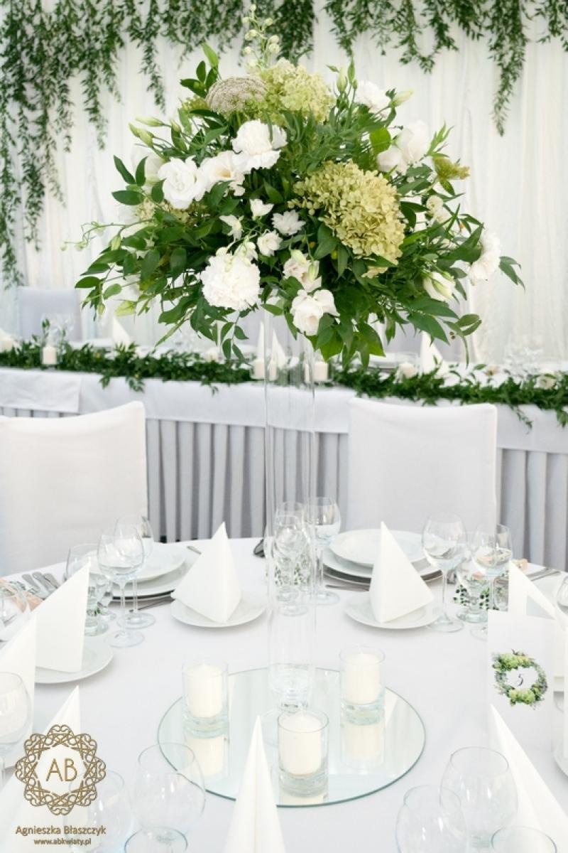 Dekoracja sali na wesele biało-zielone bukiety na stoły lustra świece abkwiaty Kraków