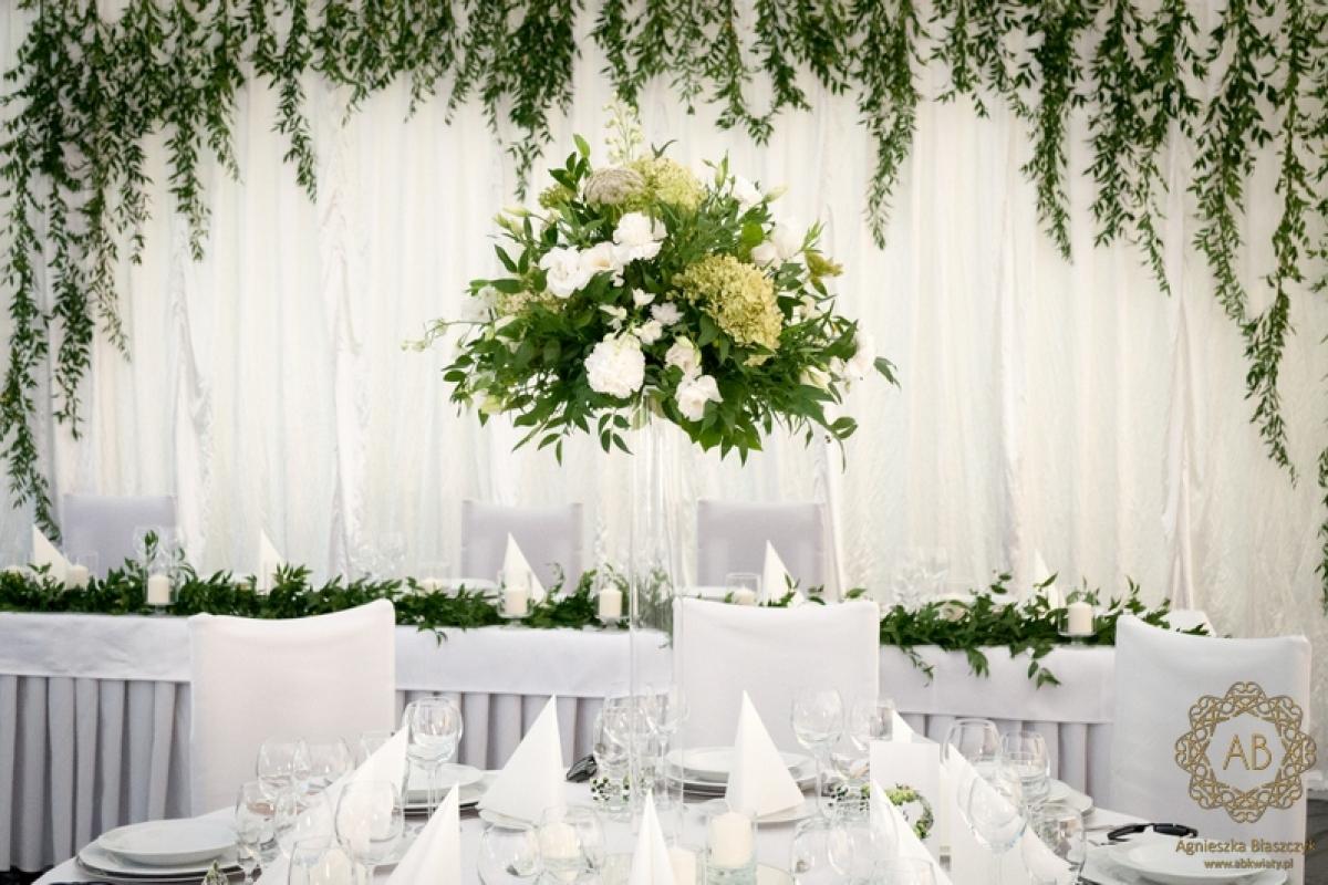 Zielona dekorajcja namiotu na wesele biało-zielone bukiety na stoły backdrop z zieleni abkwiaty Kraków