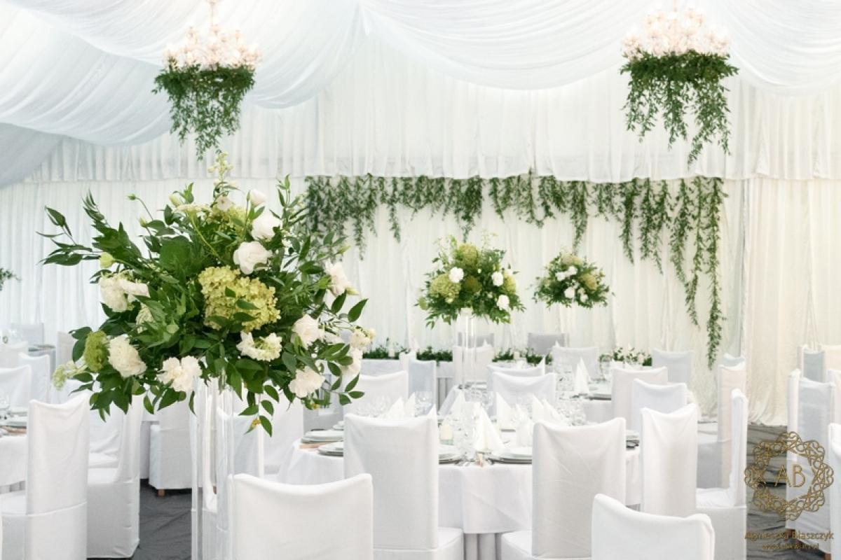 Dekoracja namiotu na wesele biało-zielone kompozycje abkwiaty Kraków