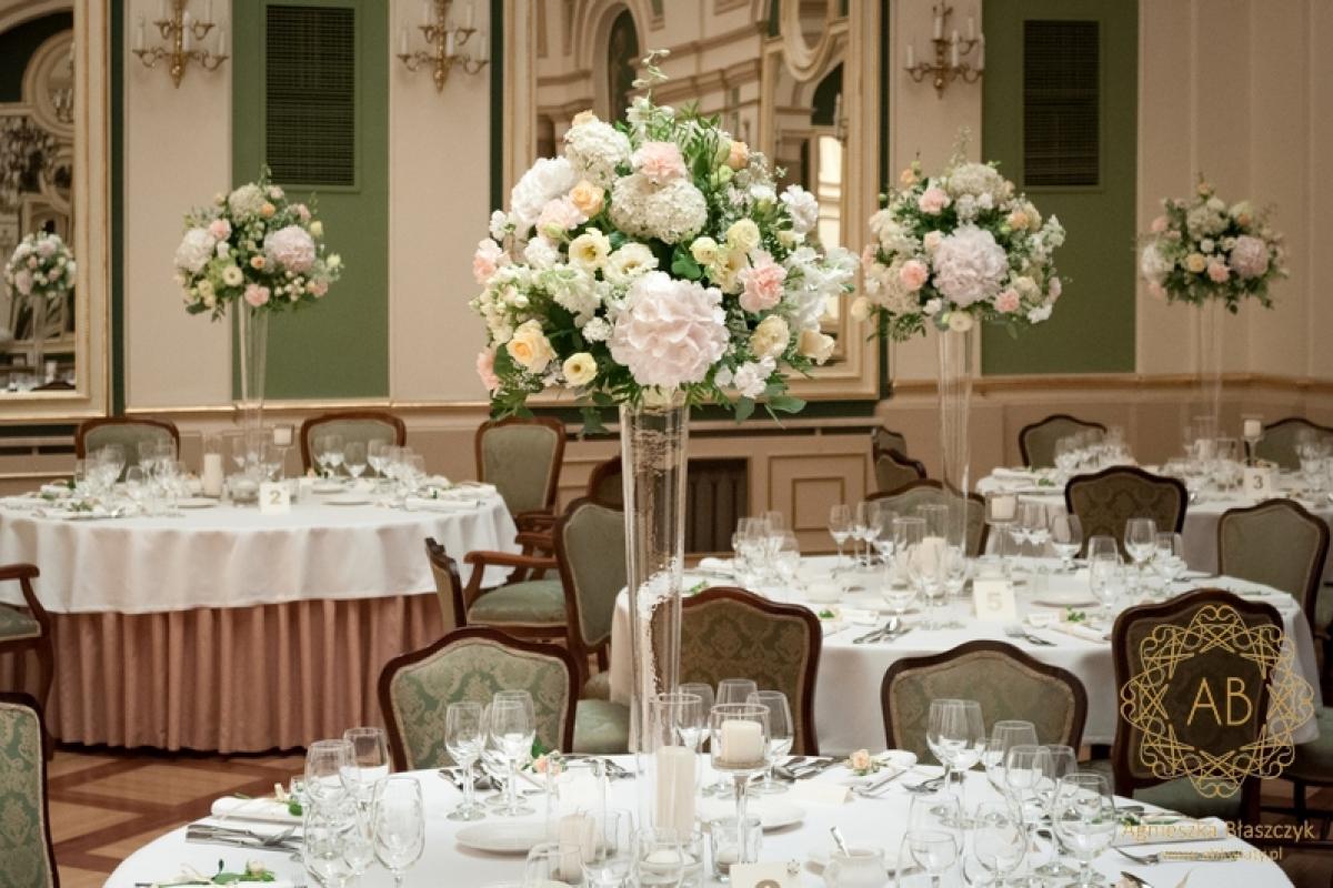 Pastelowe kompozycje na stołach w Grand Hotelu ABkwiaty Krakó