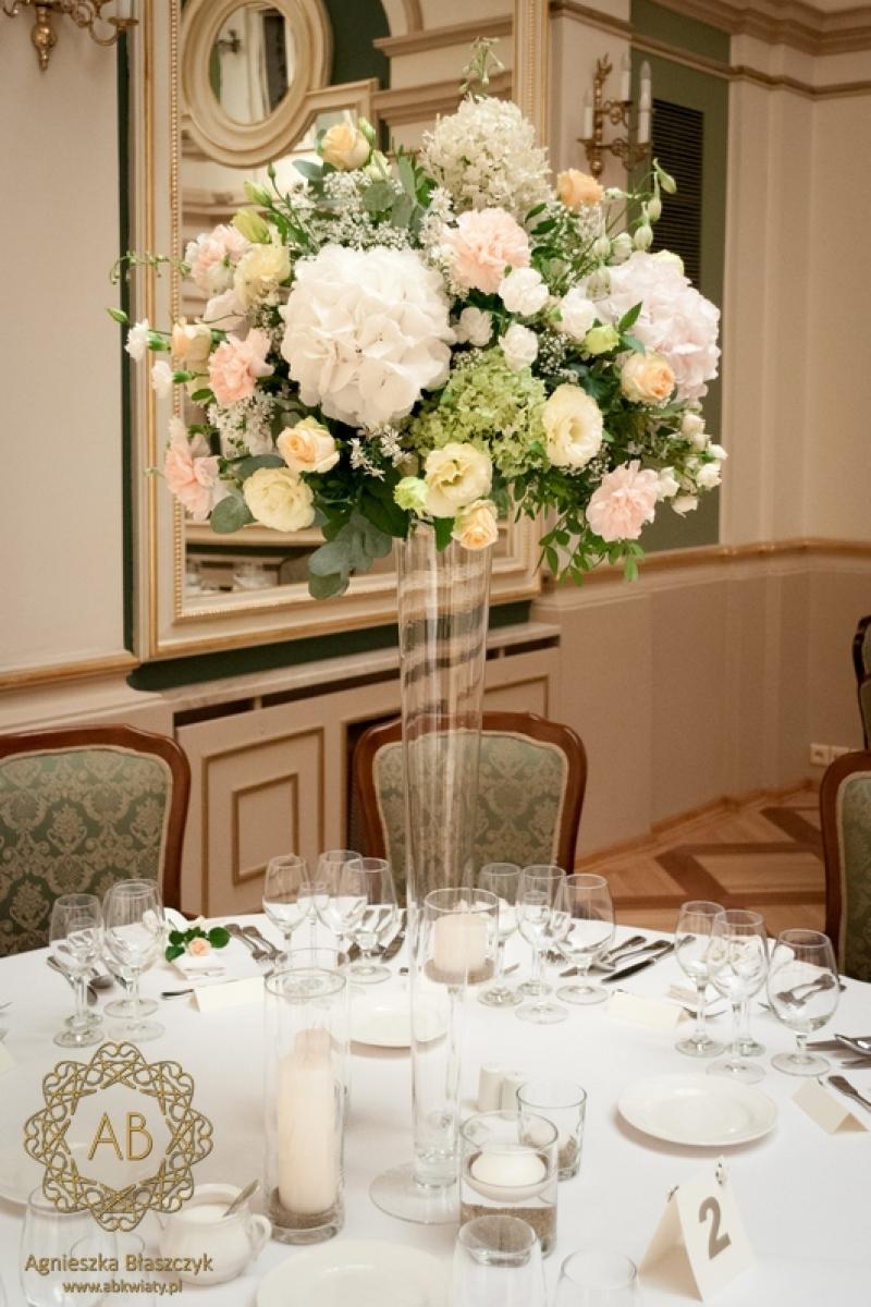 Pastelowe kompozycje na stołach w Grand Hotelu ABkwiaty Kraków