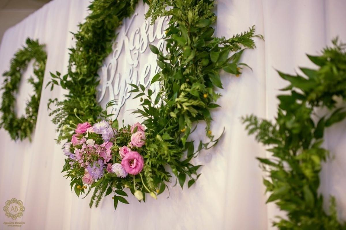 Dekoracja ścianki za parą młodą wianki i imiona abkwiaty kraków