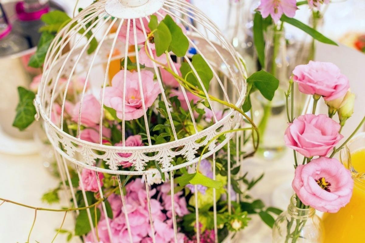 Dekoracja stołów weselnych klatki z kwiatami abkwiaty kraków