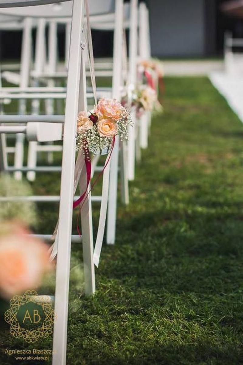 Dekoracja plenerowa ślubu rustykalnie dekoracja krzeseł wiszące kwiaty ABKwiaty Kraków