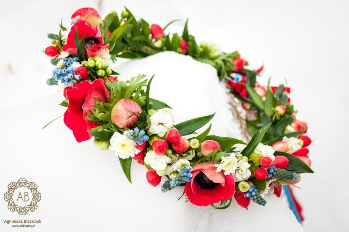 Czerwono-biało-niebieski wianek na ślub z kwiatów żywych anemony szafirki stokrotki abkwiaty Kraków