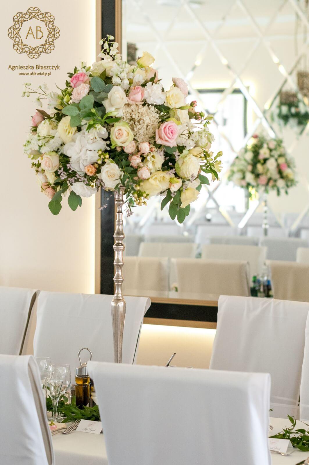 Pastelowa kompozycja na wysokim stojaku róża eustoma hortensja eukaliptus ABKwiaty Kraków