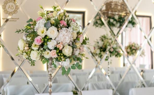 Pastelowa dekoracja stołów gości na wesele.